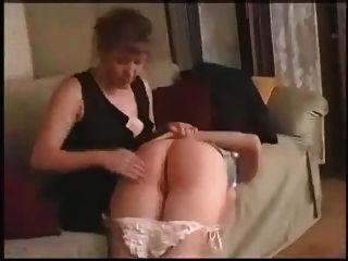 Tochter bekommt ihren nackten Hintern versohlt