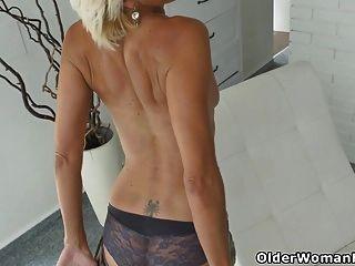 dünne milf sonnig strippt und masturbiert
