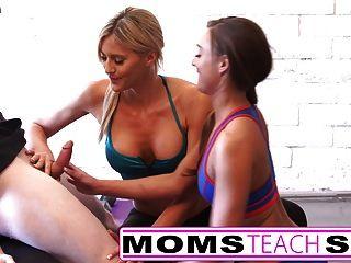 Stiefmutter lehrt Stieftochter ihr erstes Mal Dreier