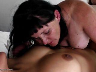 alte Mutter zwischen zwei jungen Lesbo Schlampen