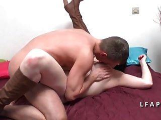 belle cougar aux gros seins se fait dilater le cul