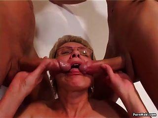 alter und junger Sex mit heisser Oma