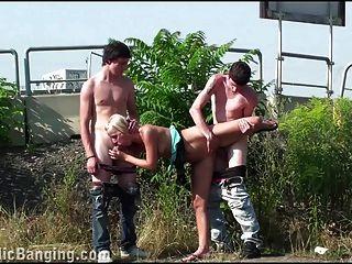 Gruppe von Jugendlichen öffentliche Gruppe Sex cute blonde Gangbang Orgie