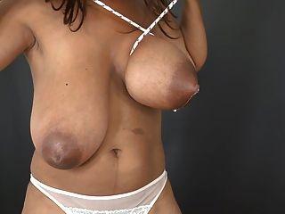 2 Mädchen mit echter Brust, die keine Muschi stillt