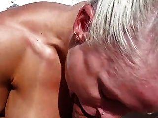 extrem heiße Muskelfrau auf einem Boot gefickt