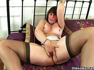 Scottish MILF Toni Spitze kümmert sich um ihre hungrige Muschi