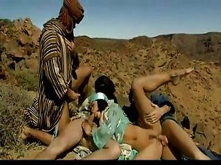 drei Arabs fickt heiße arabische Schlampe in der Wüste.