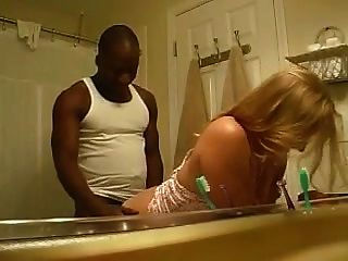 blond von einem schwarzen Mann über ein Waschbecken gefickt