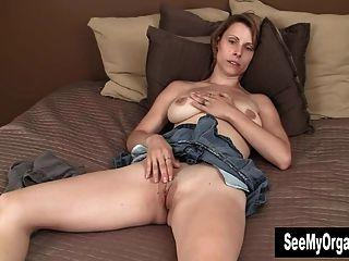 sexy Harley masturbiert für Orgasmus