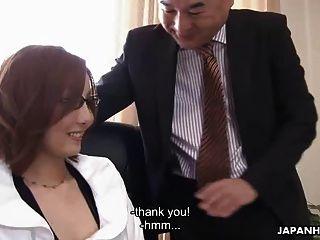 asiatische Babe wird von ihrem Chef höflich gefickt