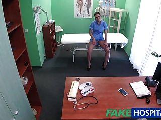 Fakehospital Arzt Streich ruft seine sexy Krankenschwester mit großen Titten