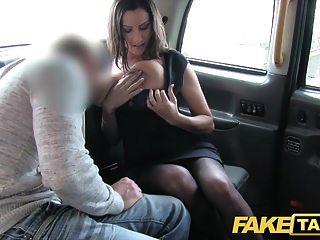 gefälschte Taxi heiße vollbusige Babe bekommt massive cum Schuss über ihre Titten