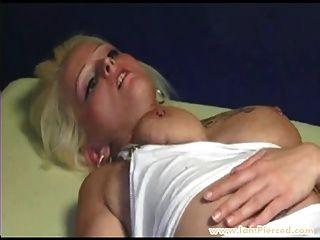 Ich bin durchbohrt blonde Schlampe mit Muschi Ringe hart gefistet
