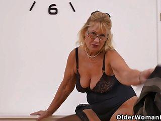 Oma Gigi Finger fickt ihre alte Muschi