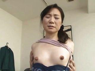 dünn asiatisch mit riesigen Nippeln