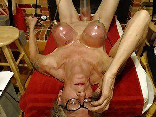 Titten und Brustwarzen einen Orgasmus gepumpt