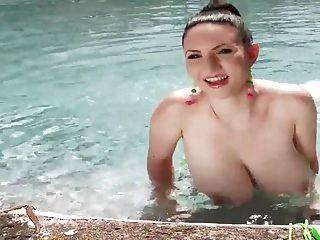 busty Babe zeigt ihre großen Titten an einem sonnigen Tag