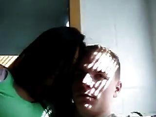 indische Frau küsst ihren weißen Freund Desi Nri