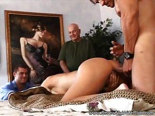 Mann macht Frau für ihn schwingen