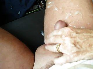Frau gibt Handjob im Auto