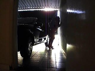 Tgirl ohne Sattel in der Garage gefickt