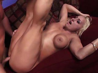 blonde große Titten Stripper nehmen eine Gesichtsbehandlung