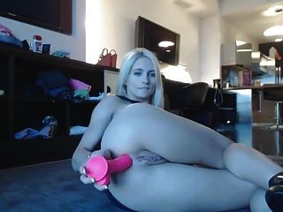 langbeinige Blondine masturbiert im Wohnzimmer