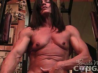 muskulös reifen masturbiert und fickt einen Dildo