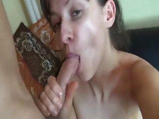 Freundin nimmt eine Ladung ins Gesicht