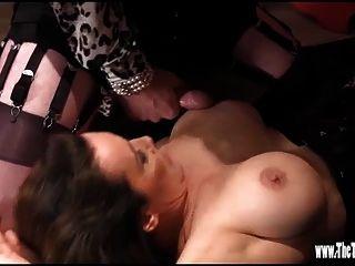 Heiße Tgirl hat Fuß wichsen und Arsch ficken, während Cums auf großen Titten