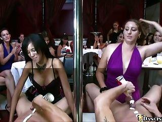 sexy Frauen warten auf männliche Stripper zu saugen