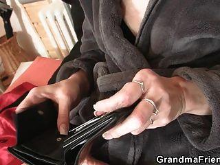 Lieferung Männer teilen alte dünne Oma