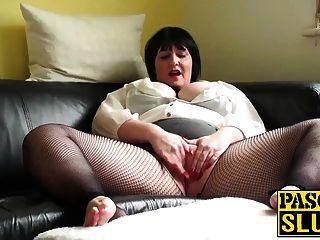 reife mollige Dame erfreut ihre nasse Pussy auf dem Sofa