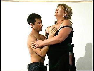 blonde Oma in Strümpfen macht einen jungen Mann