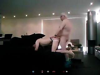 alter Mann fickt jüngere Kerl auf dem Sofa