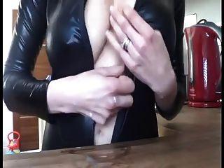 laktierende Frau necken