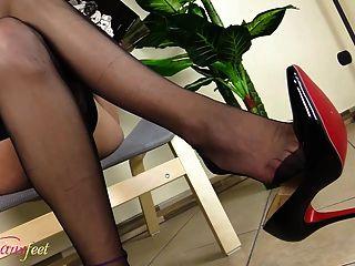 hot tgirl masturbiert ihre Füße in schwarzen Nylons