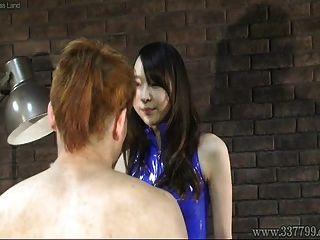 japanische Domina Risa schlug das Gesicht von drei Sklaven