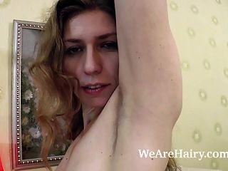 elza strippt im Schlafzimmer und Modelle auf einem Stuhl