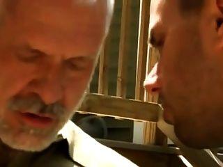 Vater und Sohn pissen