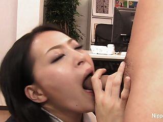 sexy Sekretär spielt mit seinem Schwanz mit ihrem Mund und Füße