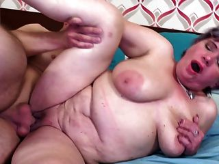 alte Mutter verführt jungen glücklichen Jungen