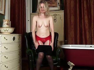 Emma Turner zieht ihre Strumpfhose aus