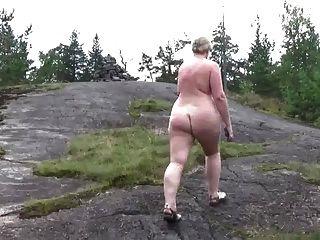 nackter Spaziergang im Wald
