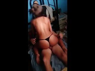 Latina Frau mit Freund geteilt