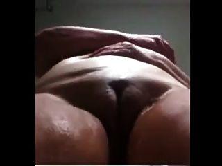 brasilianische Oma masturbiert in der Dusche