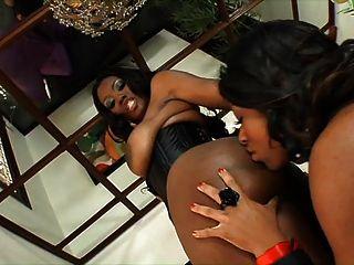 Lesbische Romantik auf der Couch