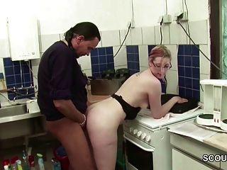 chef fickt seine jugendliche praktikantin in der kueche durch