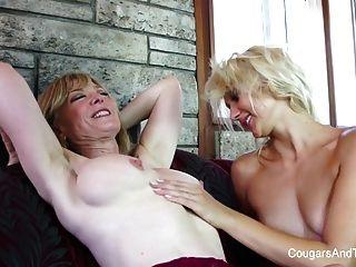 geile Milf spielt mit süßen jungen Blondine