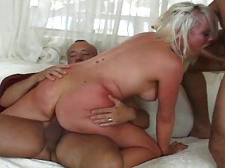 sexy Blondine bekommt beide Löcher hart gefickt